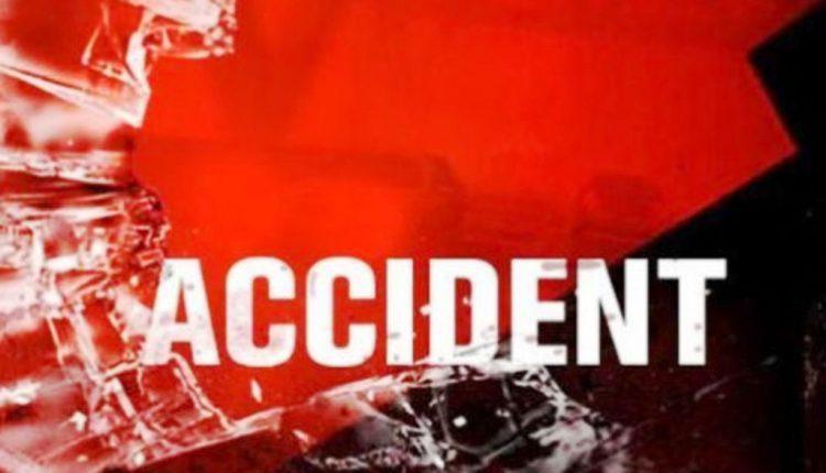 सोझा के पास कार दुर्घटना तीन लोग घायल एक की मौत