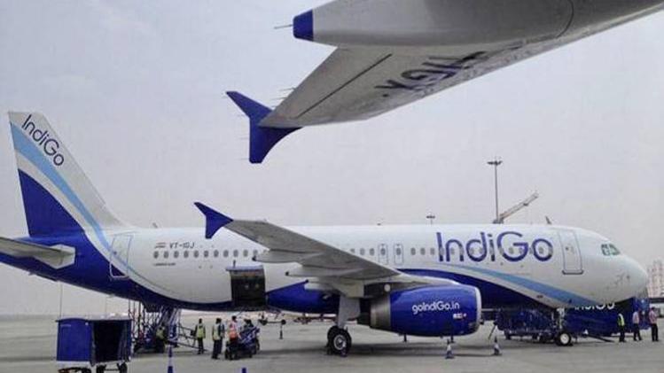जयपुर एयरपोर्ट पर एयरोब्रिज से टकराया विमान, बाल-बाल बचे यात्री  एयरोब्रिज से टकराया विमान एयरोब्रिज से टकराया विमान