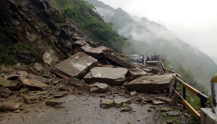 हिमाचल: भूस्खलन से NH-21 बाधित
