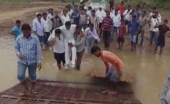 शिवराज चौहान का 'रीप्ले' : अब ओडिशा के विधायक को गोद में उठाकर कीचड़ के पार ले गए समर्थक