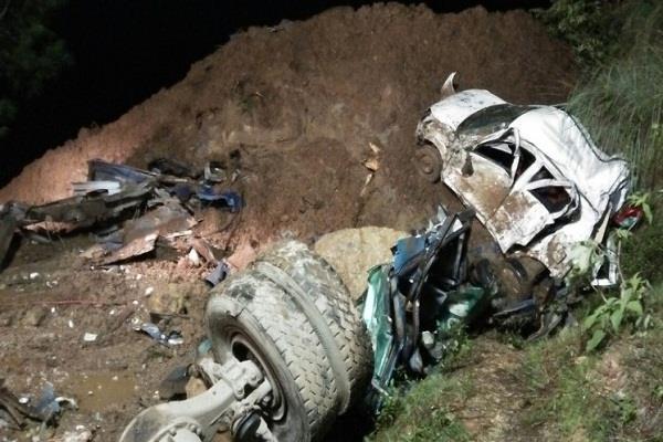 NH पर भूस्खलन से मलबे में दफन हुई दो बसें, खौफनाक हादसे के बाद लग रहे लाशों के ढेर