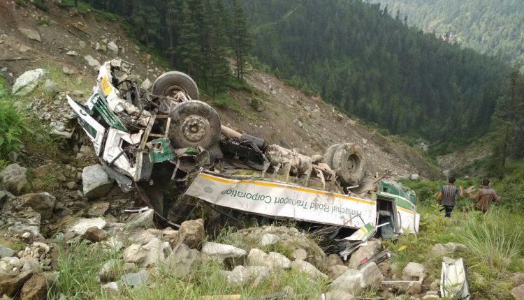 भयंकर हादसा : आनी के माशनू नाला में गिरी Bus, 3 की गई जान, 14 घायल