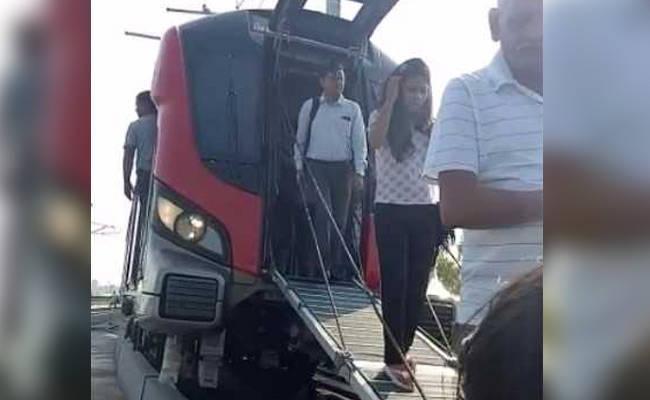पहले दिन लखनऊ मेट्रो में सफर कर रहे यात्री घबराए, 1.30 घंटे फंसे रहने के बाद इमरजेंसी गेट से निकले