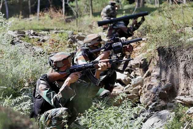 दक्षिण कश्मीर के इलाके में सुरक्षाबलों की आतंकियों से दो जगह मुठभेड़